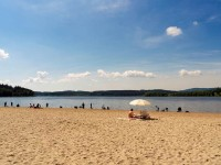 Vodní nádrž Lipno - pláž Horní Planá; https://www.lipno.cz/volny-cas/koupani-a-vodni-sporty/plaze