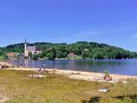 Vodní nádrž Lipno - pláž Přední Výtoň; https://www.lipno.cz/volny-cas/koupani-a-vodni-sporty/plaze
